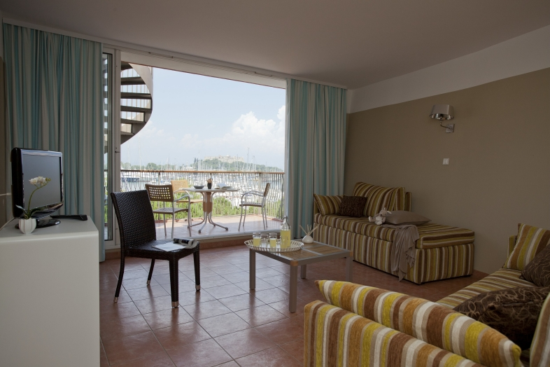 Port-Prestige S4 for 4 guests in Antibes, Frankreich