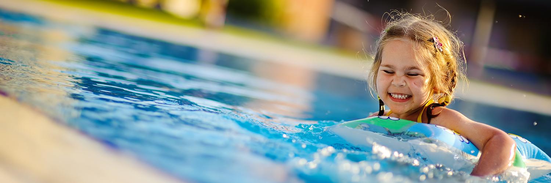klein meisje in vakantiehuis zwembad